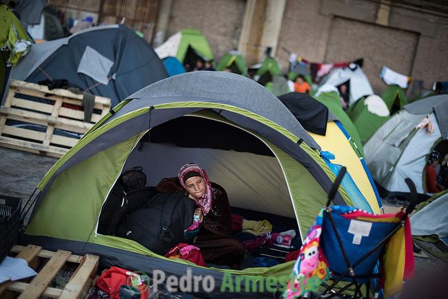 03/04/2016. Puerto de El Pireo, Atenas. Grecia.<br /> <br /> M&aacute;s de 5.000 refugiados viven en el puerto de El Pireo, en Atenas. Un tercio son ni&ntilde;os. Los refugiados son de nacionalidad siria y afgana, principalmente, y est&aacute;n en El Pireo porque no tienen m&aacute;s dinero para continuar la ruta o porque han escuchado que la Antigua Rep&uacute;blica Yugoslava de Macedonia ha cerrado su frontera con Grecia. En total, m&aacute;s de 10.000 refugiados sobreviven en Atenas. Save the Children atiende a los refugiados con espacios seguros para la infancia, reparto de comida y de ropa y protecci&oacute;n de menores no acompa&ntilde;ados. &copy; Pedro Armestre/ Save the Children Handout. No ventas -No Archivos - Uso editorial solamente - Uso libre solamente para 14 d&iacute;as despu&eacute;s de liberaci&oacute;n. Foto proporcionada por SAVE THE CHILDREN, uso solamente para ilustrar noticias o comentarios sobre los hechos o eventos representados en esta imagen.<br /> <br /> More than 5,000 refugees live in the port of Piraeus in Athens. A third are children. They are syrians and afghans, mainly. They are in Piraeus because they don' t have more money to continue the route or because they have heard that Fyrom has closed its border. In total, more than 10,000 refugees survive in Athens. Save the Children serves refugees with Friendly Children Spaces, distribution of food and clothes and protection of unaccompanied minors. &copy; Pedro Armestre/ Save the Children Handout - No sales - No Archives - Editorial Use Only - Free use only for 14 days after release. Photo provided by SAVE THE CHILDREN, distributed handout photo to be used only to illustrate news reporting or commentary on the facts or events depicted in this image.