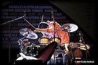 Peppe D'Argenzio - un componente la sua band durante il concerto.