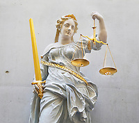 Groningen. Beeld van Vrouwe Justitia in de rechtbank van Groningen. Let op Fotobewerking: mbv Photoshop is een groef tussen twee betonplaten verwijderd.