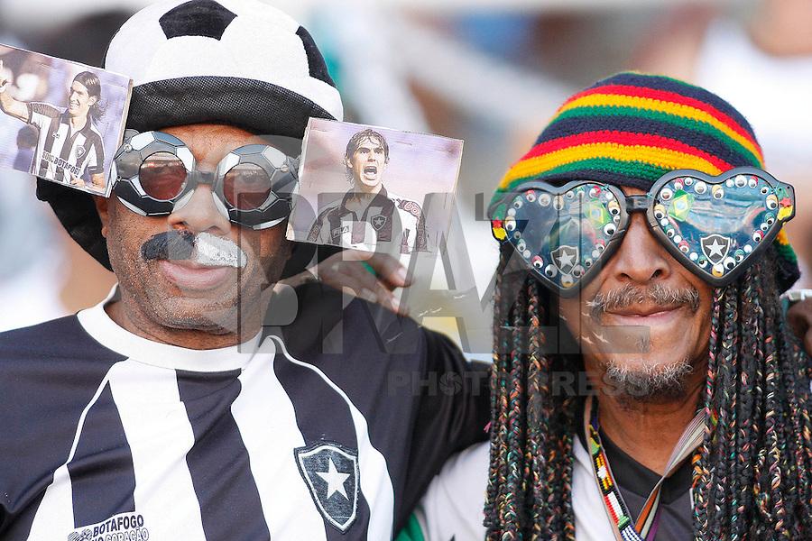 RIO DE JANEIRO, RJ - 18 DE SETEMBRO DE 2011 - BRASSILEIR&Atilde;O - BOTAFOGO X FLAMENGO - Torcedores do Botafogo durante a partida, v&aacute;lida pela 24&ordf; rodada do Campeonato Brasileiro, no est&aacute;dio Engenh&atilde;o, na zona norte do Rio de Janeiro, neste domingo(18).<br /> FOTO: RUDY TRINDADE/NEWSFREE