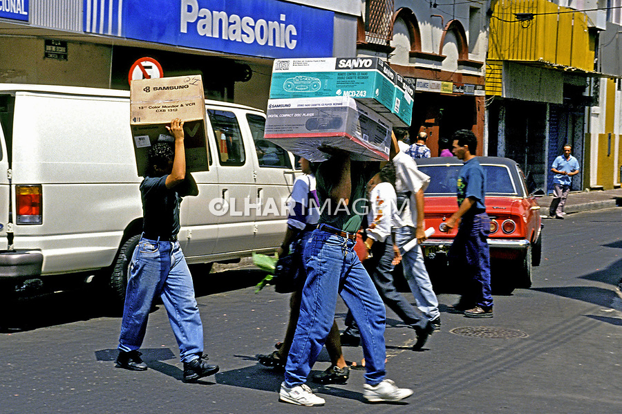Compras de e quipamentos eletronicos na Zona Franca de Manaus, Amazonas. 1989. Foto de Juca Martins.