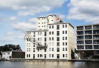 Nederland Zaandam. Rijksmonument de Zwaardemaker aan de Zaan. De Zwaardemaker is van oorsprong een fabriek waar gort werd gepeld. Tegenwoordig zijn er appartementen in gevestigd.