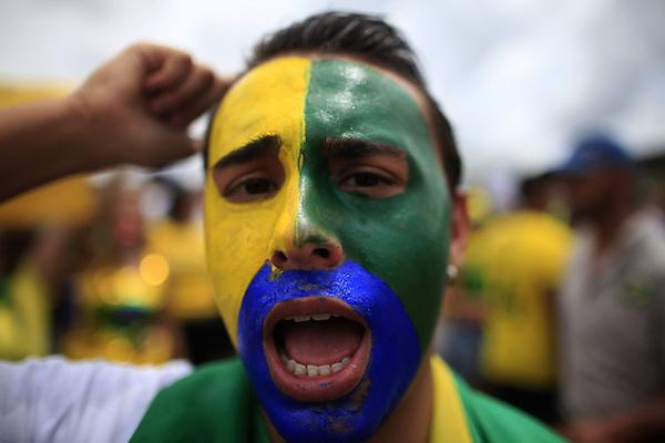 BRA509. BRASILIA (BRASIL), 15/03/2015.- Un hombre grita consignas durante una manifestación contra la presidenta brasileña, Dilma Rousseff, hoy, domingo 15 de marzo de 2015, en la ciudad de Brasilia (Brasil). Cientos de miles de personas protestaron contra la presidenta Dilma Rousseff, en Brasilia, en el marco de una jornada de manifestaciones convocadas en decenas de ciudades de todo el país. La protesta de Brasilia comenzó a las 9.30 hora local (12.30 GMT) en la explanada de los ministerios y llegó hasta la frente del Congreso Nacional Brasileño, con la participación de grupos de ciudadanos opositores sin vínculo declarado con partidos políticos. Los manifestantes corearon consignas contra Rousseff y el oficialista Partido de los Trabajadores (PT) y en rechazo de la corrupción. EFE/Fernando Bizerra Jr.
