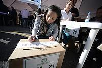 BOGOTÁ -COLOMBIA. 25-05-2014. Un jurado de votación firma la urna durante la jornada de elecciones Presidenciales en en Colombia que se realizan hoy 25 de mayo de 2014 en todo el país./ A jury voting signature the urn during the day of Presidential elections in Colombia that made today May 25, 2014 across the country. Photo: VizzorImage/ Gabriel Aponte / Staff