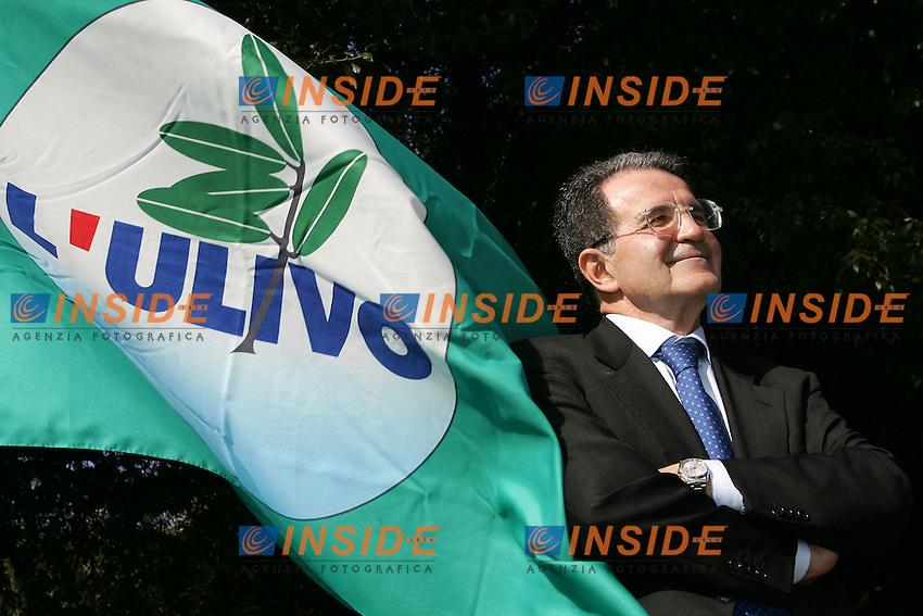 Roma 1/4/2006 villa Nemorense. Campagna elettorale elezioni 2006 dell'Ulivo.<br /> Romano Prodi, leader della coalizione di centro sinistra e candidato premier quasi avvolto da una bandiera dell'ulivo<br /> Photo Andrea Staccioli Insidefoto