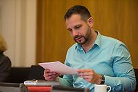 """3. Sitzungstag des Berliner """"Amri-Untersuchungsausschuss"""".<br /> Am Freitag den 22. September 2017 fand die 3. Sitzung des sogenannte """"Amri-Untersuchungsausschuss des Berliner Abgeordnetenhaus. Statt.<br /> Als Zeugen waren geladen Innen-Staatssekretär Bernd Kroemer (CDU) der wegen Krankheit nicht erschien und Kriminaldirektor Dennis Golcher, Leiter der kripointernen Task Force """"Lupe"""" die den Terroranschlag und dessen Aufklaerung untersucht.Der Zeuge Golcher untersagte Film- und Fotoaufnahmen mit dem Hinweis auf Persoenlichkeitsrechte.<br /> Der Amri-Untersuchungsausschuss will versuchen die diversen Unklarheiten im Fall des Weihnachtsmarkt-Attentaeters zu aufzuklaeren.<br /> Im Bild: Tom Schreiber, SPD.<br /> 22.9.2017, Berlin<br /> Copyright: Christian-Ditsch.de<br /> [Inhaltsveraendernde Manipulation des Fotos nur nach ausdruecklicher Genehmigung des Fotografen. Vereinbarungen ueber Abtretung von Persoenlichkeitsrechten/Model Release der abgebildeten Person/Personen liegen nicht vor. NO MODEL RELEASE! Nur fuer Redaktionelle Zwecke. Don't publish without copyright Christian-Ditsch.de, Veroeffentlichung nur mit Fotografennennung, sowie gegen Honorar, MwSt. und Beleg. Konto: I N G - D i B a, IBAN DE58500105175400192269, BIC INGDDEFFXXX, Kontakt: post@christian-ditsch.de<br /> Bei der Bearbeitung der Dateiinformationen darf die Urheberkennzeichnung in den EXIF- und  IPTC-Daten nicht entfernt werden, diese sind in digitalen Medien nach §95c UrhG rechtlich geschuetzt. Der Urhebervermerk wird gemaess §13 UrhG verlangt.]"""
