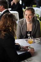 20110428, folk som äter, bord, måltid, middag, lunch, fika, apelsin juice, koppar