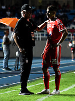 CALI - COLOMBIA, 15-09-2018: Fernando Castro (Izq.), técnico de América, da instrcciones a Jhonatan Pérez (Der.) jugador de América, durante partido entre América de Cali y Deportivo Pasto, de la fecha 10 por la Liga Aguila II 2018 jugado en el estadio Pascual Guerrero de la ciudad de Cali. / Fernando Castro (L), coach of America, gives instructions to Jhonatan Pérez (R), player of America, during a match between America de Cali and Deportivo Pasto, of the 10th date for the Liga Aguila II 2018 at the Pascual Guerrero stadium in Cali city. Photo: VizzorImage / Luis Ramirez / Staff.