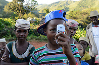 MADAGASCAR MADAGASCAR Mananjary, Vohilava, village Tanambao North, tribe Tanala, youngster with photo handy / MADAGASKAR Mananjary, Vohilava, Dorf Tanambao Nord wo Menschen der Volksgruppe der Tanala leben, Junge Herman 16 Jahre mit Fotohandy