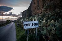 Corleone, Sicilia. Il cartello con la Scritta Corleone all'ingresso del paese.<br /> Il paese che da molti &egrave; considerato come il luogo dove sia nata la Mafia, si ritrova dopo la morte di Tot&ograve; Riina, a dover far i conti con una pesante eredit&agrave;. A Corleone vivono poco pi&ugrave; di 11 mila abitanti e il comune &egrave; stato sciolto per infiltrazioni mafiose nell&rsquo;agosto del 2016.