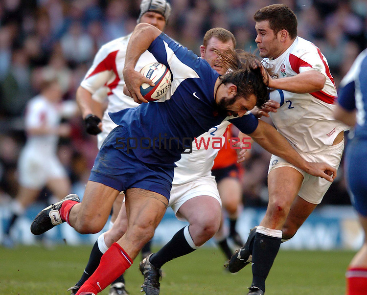 CAPTION: SEBASTIAN CHABAL IS TACKLED BY ENGLAND NUMBER 8 NICK EASTER.ENGLAND V FRANCE, SIX NATIONS,  TWICKENHAM , LONDON, ENGLAND, SUNDAY 11TH MARCH 2007.©Steve Pope.Steve Pope Photography.The Manor .Coldra Woods.Newport.South Wales.NP18 1HQ.07798 830089.01633 410450.steve@sportingwales.com