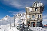 CHE, Schweiz, Kanton Bern, Berner Oberland, Grindelwald: Blick vom Aussichtspunkt Sphinx (Jungfraujoch) auf die Jungfrau 4.158 m und das Rottalhorn (links) 3.969 m - UNESCO Weltnaturerbe   CHE, Switzerland, Bern Canton, Bernese Oberland, Grindelwald: view from look-out Sphinx (Jungfraujoch) at Jungfrau mountain 13.642 ft. and Rottalhorn mountain (left) 13.022 ft. - UNESCO World Natural Heritage