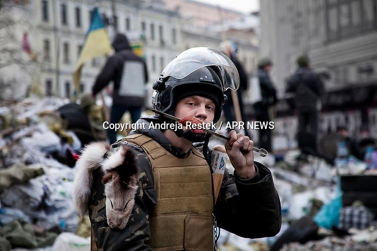 Giovane sulle barricate di Piazza Maidan, Kiev, Ukraina, revoluzione,