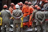 RIO DE JANEIRO, RJ, 27 DE JANEIRO DE 2012 - DESABAMENTO PREDIO RIO DE JANEIRO - Equipe de resgate encontra a nona vitima do desabamento de três prédios na região da Avenida Treze de Maio, no centro do Rio de Janeiro, na noite 25 de janeiro. Um dos prédios que ruiu tem cerca de 20 andares, o outro, 10, e o terceiro, 4. Segundo o Corpo de Bombeiros, antes do desabamento teria havido uma explosão. FOTO: GUTO MAIA - NEWS FREE