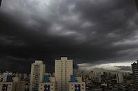 SAO PAULO, SP, 23-01-2014, NUVENS CARREGADAS. Na tarde dessa quinta-feira (23) nuvens carregadas podem ser vistas sobre a Zona Leste de São Paulo, sobre o bairro da Mooca. Luiz Guarnieri/ Brazil Photo Press.