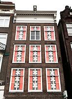 Nederland - Amsterdam 2018.  Huizen met het wapen van Amsterdam voor de ramen.   Foto Berlinda van Dam / Hollandse Hoogte