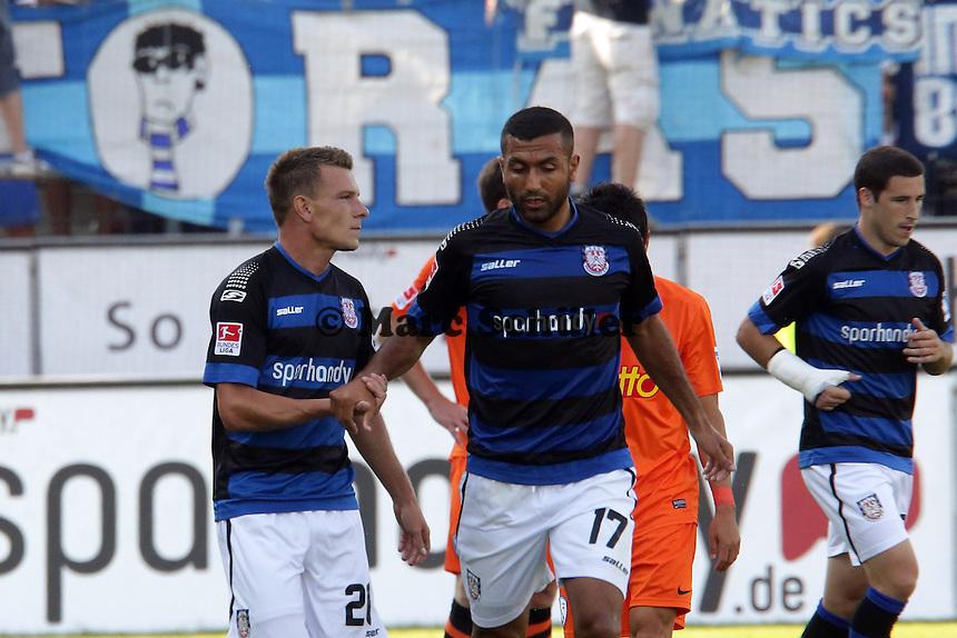 Denis Epstein (FSV) dreht sich und erzielt das 1:0 gegen Andreas Luthe (Bochum) und jubelt mit seinen Teamkollegen - FSV Frankfurt vs. VfL Bochum