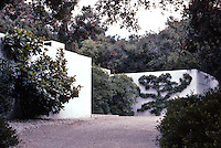 Richard Neutra: Tremaine House. Driveway. Photo '82.