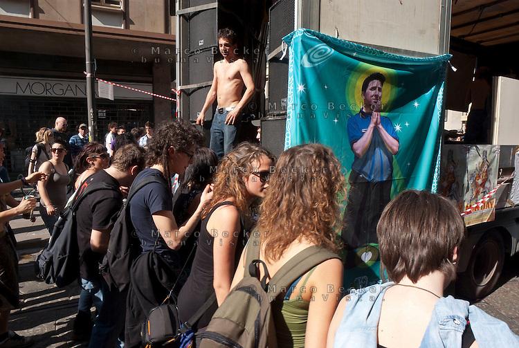 Milano, Mayday Parade, manifestazione del 1. maggio di gruppi e organizzazioni di sinistra contro il lavoro precario --- Milan, Mayday Parade, 1st of May manifestation of leftist groups and organizations against temporary work
