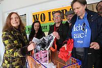 """""""WO ISSER"""" fragen sich die Mitglieder der Bürgerinitiative und DKP/LL aufgrund der Ankündigung von Bürgermeister Heinz-Peter Becker bis 1. April wieder einen Supermarkt in den Räumen in der Bürgermeister-Klingler-Straße haben zu wollen - Ursula Bleckwenn-Oldenburg (Bürgerinitiative) und Dietmar Treber (M.) mit leeren Einkaufstaschen"""