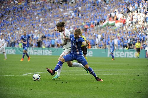 18.06.2016, Stade Velodrome, Marseille, FRA, UEFA European football Championships Group F. Iceland versus Hungary. Gudmunsson (ice) challenges Kadar (hun)