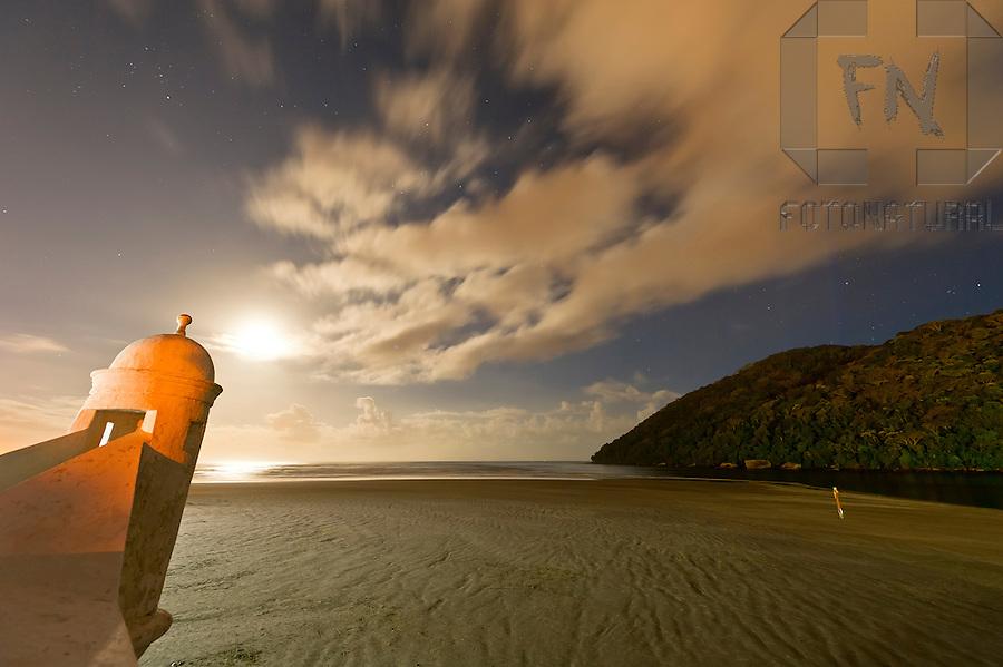 Nuvens em movimento ao nascer da lua no canal de Bertioga e Forte S&atilde;o Jo&atilde;o | Clouds in motion at moonrise in Bertioga channel and S&atilde;o Jo&atilde;o Fort <br /> <br /> LOCAL: Bertioga, S&atilde;o Paulo, Brasil<br /> DATE: 12/2011<br /> &copy;Pal&ecirc; Zuppani