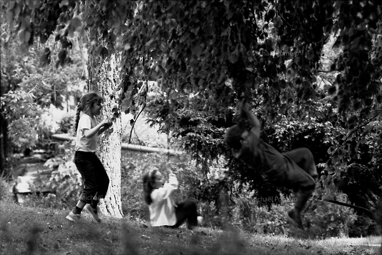 04.2002 <br /> <br /> Children playing with branches of trees in the trocadero garden.<br /> <br /> Enfants jouants avec les branches des arbres du jardin du trocadero.