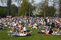 Drukte in het Vondelpark in Amsterdam