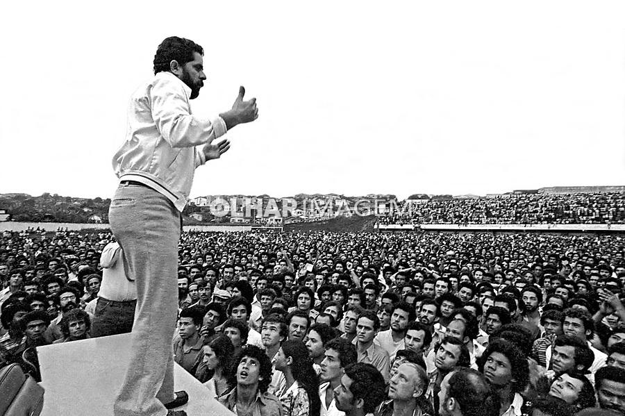 Luis Inácio Lula da Silva dirige assembléia de metalurgicos do ABC, Estádio de Vila Euclides. SBC.  1979. Foto de Juca Martins.