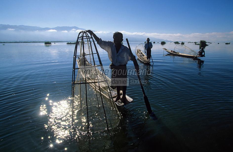 Asie/Birmanie/Myanmar/Plateau Shan/Ywathit: Lac Inle - Pêcheurs sur le lac avec leurs nasses coniques