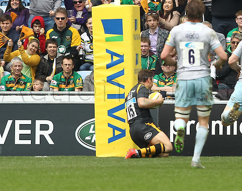 03.04.2016. Ricoh Arena, Coventry, England. Rugby Aviva Premiership. Wasps versus Northampton Saints.   Wasps full-back Rob Miller goes over to score the first try under the posts.