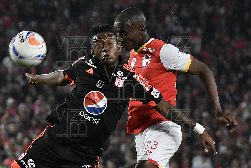 BOGOTÁ - COLOMBIA, 05-11-2017: Dairon Mosquera (Der.) jugador de Santa Fe disputa el balón con Brayan Angulo (Izq.) jugador del America durante el encuentro entre Independiente Santa Fe y America de Cali por la fecha 19 de la Liga Aguila II 2017 jugado en el estadio Nemesio Camacho El Campin de la ciudad de Bogotá. / Dairon Mosquera (R) player of Santa Fe struggles for the ball with Brayan Angulo (L) player of America during match between Independiente Santa Fe and America de Cali for the date 19 of the Aguila League II 2017 played at the Nemesio Camacho El Campin Stadium in Bogota city. Photo: VizzorImage/ Gabriel Aponte / Staff