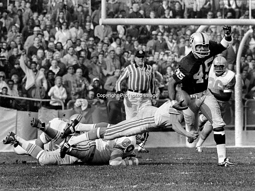Oakland Raiders Dave Grayson returns,Houston Oilers #88 Claude Harvey, and #60 Tom Regner. (photo/Ron Riesterer)