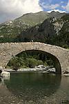 Pont ancien de Bujaruelo au dessus de Torla. Pyrénées centrales. Parc national D'ordesa et du Mont Perdu. Patrimoine mondial de l'Unesco. Espagne.The Spanish Pyrenees. Spain.