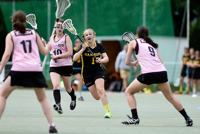 GER - Hannover, Germany, May 31: During the Women Lacrosse Playoffs 2015 match between KIT SC Karlsruhe (pink) and HTHC Hamburg (black) on May 31, 2015 at Deutscher Hockey-Club Hannover e.V. in Hannover, Germany. (Photo by Dirk Markgraf / www.265-images.com) *** Local caption *** Emma Mollenhauer #1 of HTHC Hamburg, Karolin Pusch #10 of KIT SC Karlsruhe, Juliane Reich #9 of KIT SC Karlsruhe