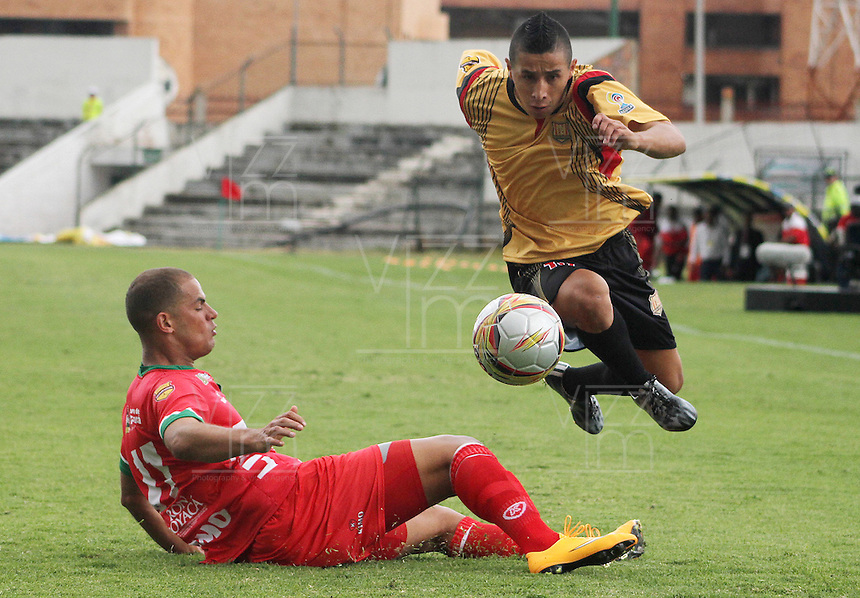 TUNJA -COLOMBIA, 01-03-2015: Alan Navarro (Izq) jugador de  Patriotas FC disputa el balón con Cleider Alzate (Der) jugador de Aguilas Pereira durante partido por la fecha 7 de La Liga Aguila I 2015 jugado en el estadio La Independencia de la ciudad de Tunja. / Alan Navarro (L) player of Patriotas FC vies for the ball with Cleider Alzate (R) player of Aguilas Pereira during the match for the 5th date of La Liga Aguila I 2015 played at La Independence stadium in Tunja. Photo: VizzorImage / Cesar Melgarejo A  / Cont