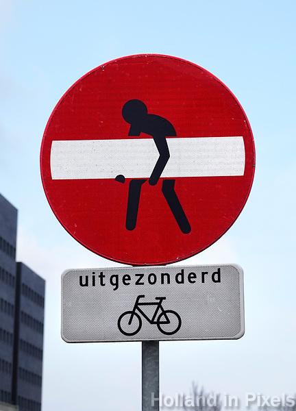 Nederland Amsterdam  24 maart 2018. Verkeersbord in Amsterdam Noord, waarschijnlijk bewerkt door de kunstenaar Clet Abraham. Foto Berlinda van Dam / Hollandse Hoogte