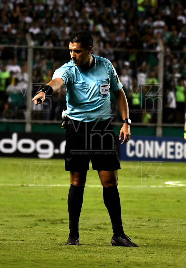 PALMIRA - COLOMBIA, 19-09-2018: Diego Haro, árbitro peruano, durante partido entre Deportivo Cali (COL) y Liga Deportiva Universitaria de Quito (ECU), de los octavos de final, llave H, por la Copa Conmebol Sudamericana 2018, jugado en el estadio Deportivo Cali (Palmaseca) en la ciudad de Palmira. / Diego Haro, Peruvian referee, during a match between Deportivo Cali (COL) and Liga Deportiva Universitaria de Quito (ECU), of eighth finals, key H, for the Copa Conmebol Sudamericana 2018, at the Deportivo Cali (Palmaseca) stadium in Palmira city. Photo: VizzorImage  / Luis Ramirez / Staff.