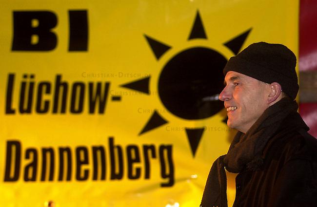 Proteste gegen Castor-Transport<br /> Mehrere tausend Menschen demonstrierten am Dienstag abend den 12. November 2002 auf dem Marktplatz von Dannenberg gegen den bevorstehenden Castor-Transport in das Atommuell-Zwischenlager Gorleben. Der Transport von zwoelf Castoren aus der franzoesichen Wiederaufbereitungsanlage La Hague soll voraussichtlich am Donnstag den 14. November 2002 in Gorleben eintreffen.<br /> 12.11.2002, Dannenberg / Niedersachsen<br /> Copyright: Christian-Ditsch.de<br /> [Inhaltsveraendernde Manipulation des Fotos nur nach ausdruecklicher Genehmigung des Fotografen. Vereinbarungen ueber Abtretung von Persoenlichkeitsrechten/Model Release der abgebildeten Person/Personen liegen nicht vor. NO MODEL RELEASE! Nur fuer Redaktionelle Zwecke. Don't publish without copyright Christian-Ditsch.de, Veroeffentlichung nur mit Fotografennennung, sowie gegen Honorar, MwSt. und Beleg. Konto: I N G - D i B a, IBAN DE58500105175400192269, BIC INGDDEFFXXX, Kontakt: post@christian-ditsch.de<br /> Bei der Bearbeitung der Dateiinformationen darf die Urheberkennzeichnung in den EXIF- und  IPTC-Daten nicht entfernt werden, diese sind in digitalen Medien nach &sect;95c UrhG rechtlich geschuetzt. Der Urhebervermerk wird gemaess &sect;13 UrhG verlangt.]