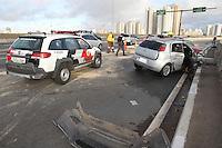 SAO PAULO, SP, 11/05/2014, ACIDENTE MORTE. Tres veiculos colidiram sobre o viaduto Alberto Badra no bairro da Penha, na manha desse domingo (11). No total foram cinco vitimas, uma delas fatal.LUIZ GUARNIERI/BRAZIL PHOTO PRESS