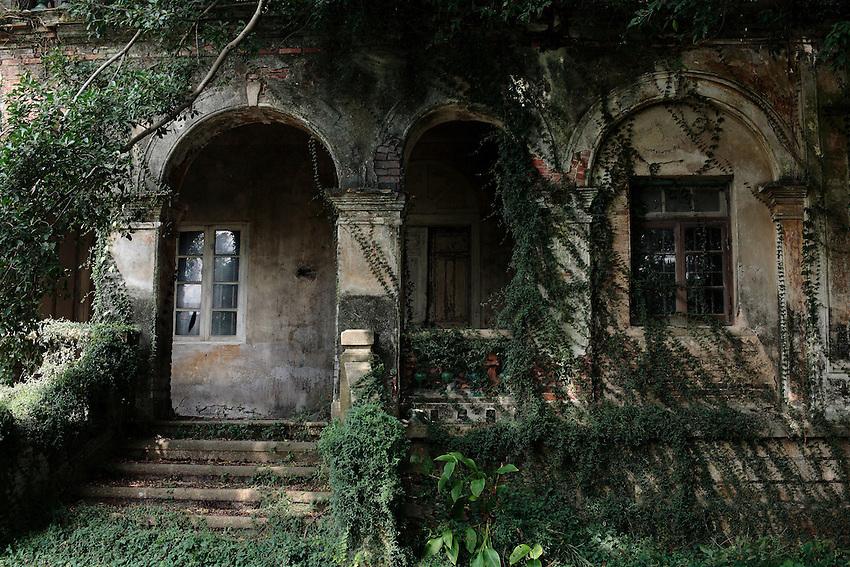 L'une des dizaines de demeures coloniales abandonnées à la végétation tropicale depuis 1949.
