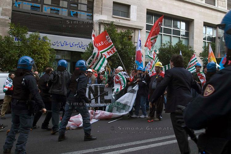 ROMA 26 NOVEMBRE 2009.MANIFESTAZIONE LAVORATORI SARDI ALCOA.CARICHE DELLA POLIZIA