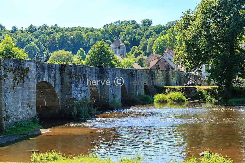France, Creuse (23), Moutier-d'Ahun, le vieux pont sur la Creuse // France, Creuse, Moutier d'Ahun, old bridge over the Creuse river