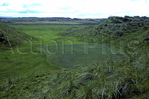 View of the 16th green on the Enniscrone Golf Club, Sligo, Ireland. Photo: Brian Morgan/actionplus...course courses general view views scene scenery clubs landscape venue Irish sixteenth 007