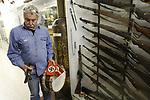 Foto: VidiPhoto<br /> <br /> ARNHEM – Eigenaar-directeur Eef Peeters van het Arnhems Oorlogsmuseum 40-45 toont zijn nieuwste aanwinsten. Het museum wordt de laatste paar maanden overladen met Duitse oorlogsmateriaal. Tal van particulieren schenken allerlei bijzondere oorlogsspullen aan het museum. Iedere week is het wel een paar keer raak. Eigenaar Eef Peeters vermoedt dat mensen geen raad meer weten met deze collectorsitems en dat zolders blijkbaar leeg moeten. Het zijn vooral spullen die met de Duitse bezetter te maken hebben. Het Arnhems oorlogsmuseum is ook het enige museum in Nederland dat hierin een soort specialisme heeft verworven. De laatste weken zijn er bijvoorbeeld een blechtrommel van de Hitlerjugend gebracht, een gummiknuppel en ploertendoder van SS'ers die gebruikt zijn in een Belgisch strafkamp, armbanden met hakenkruis van Duitse officieren en een julleuchter, gemaakt door joodse dwangarbeiders. Het museum verwierf al eerder een bankstel en typemachine van Adolf Hitler, de trouwakte van Mussert  en diverse persoonlijke bezittingen van Arthur Seyss-Inquart.