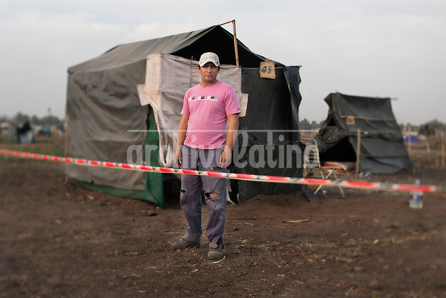 Miguel posa  frente a la caba&ntilde;a que construyo, en el asentamiento ubicado en la periferia de la ciudad de Tucum&aacute;n, al Noroeste de Argentina; donde unas mil quinientas familias con dificultad para acceder a una vivienda propia tomaron posici&oacute;n de un campo que pertenece al ingenio Concepci&oacute;n. <br /> As one more face of  the housing problems in Argentina, about 1,500 families invaded a large piece of land belonging to a sugar cane plantation and factory, Concepcion, in the Northern province of Tucuman. After a decade of strong economic growing, Argentina is still showing high levels of poverty and underdevolpment.