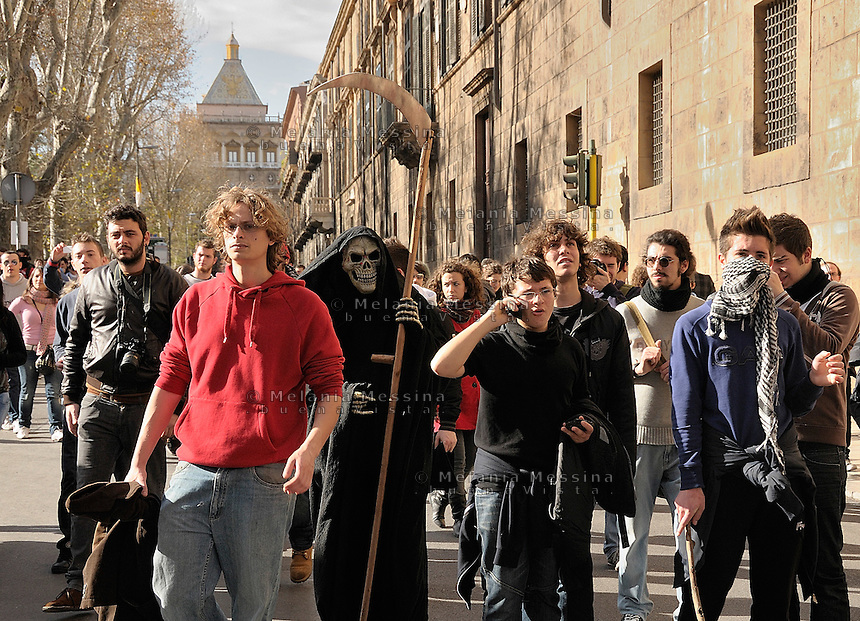 Palermo, students protest with much anger against government reform of the university.<br /> Palermo, la protesta degli studenti contro la riforma Gelmini si manifesta con rabbia.