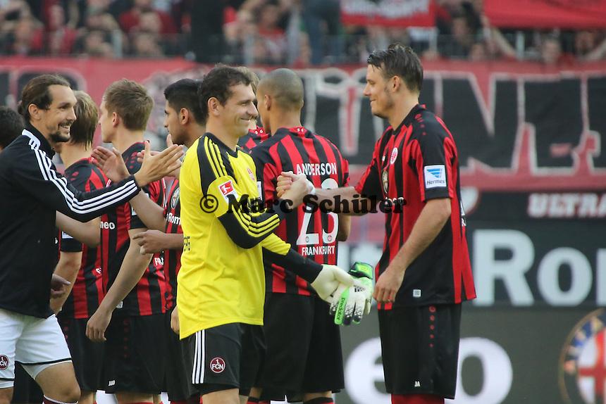 Alex Meier (Eintracht) spielt nach überstandener Verletzung wieder mit und wird von Raphael Schäfer (Nürnberg) begrüßt - Eintracht Frankfurt vs. 1. FC Nuernberg,