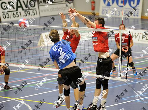 2014-09-20 / Volleybal / seizoen 2014-2015 / Kapellen - VC Zoersel / Van Dyck (Kapellen) tegenover Van Reeth en Bruyndonckx (r.)<br /><br />Foto: Mpics.be