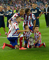 MADRID - ESPAÑA - 22-08-2014: Los jugadores de Atletico de Madrid celebran con la copa como campeones de la Super Copa de España tras vencer a Real Madrid,  durante partido de vuelta entre Atletico de Madrid  y Real Madrid por la Super Copa de España 2014, en el estadio Vicente Calderon de la ciudad de Madrid, España. / The  players of Atletico de Madrid  celebrate with the Cup as champions of the Super Copa de España after beating Real Madrid,, during a match for the second leg between Atletico Madrid and Real Madrid on the Super Copa de España 2014, at the Vicente Calderon stadium in Madrid, Spain. Photo: Asnerp / Patricio Realpe / VizzorImage.